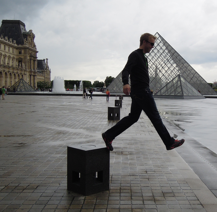 Walking_at_the_Louvre_2449
